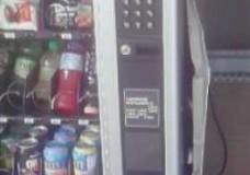 Comiso – Quattro ragazzi tentano di rubare i soldi contenuti in una macchinetta per la distribuzione di bevande, la telecamera di videosorveglianza registra tutto