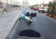 Scicli – Grossa buca stradale riparata … da un cittadino