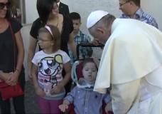 Il piccolo Lorenzo Tasca incontra Papa Francesco. Il video