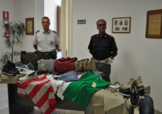 Modica – Abusivismo e vendita di merce contraffatta: Polizia e Fiamme Gialle sequestrano abbigliamento e accessori
