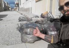 Scicli – Luca, un esempio da seguire: armato di guanti, sacchetti e buona volontà pulisce la spiaggia