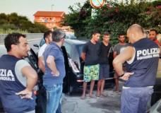 Arrestati 5 tunisini spacciatori di hashish. Gli uomini della Squadra Mobile si sono finti bagnati a Punta Braccetto sgominando così una banda di spacciatori