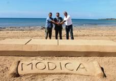 """Modica – Una barretta di sabbia per coniugare bellezza del paesaggio ed enogastronomia. In attesa di ChocoModica 2015 si programma un grande evento a """"le dune di Modica"""""""