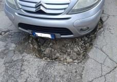 """Scicli – Una grossa buca in via Valdo: """"ci sono finito dentro ed ho spaccato la ruota"""""""