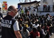 Pozzallo – Iniziate le operazioni di sbarco del pattugliatore 'Asso 29', 704 i migranti