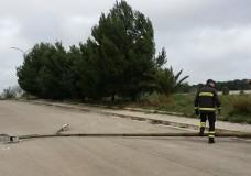 Ragusa – Forte vento provoca caduta di un palo della luce. Serre scoperchiate