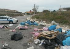 Modica – Scaricava rifiuti in strada, denunciata una pozzallese
