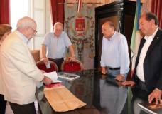 Modica – Donati libri al Comune sull'immigrazione iblea in Paraguay del ricercatore Eduardo Ammatuna