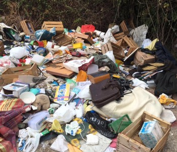 Modica – Svuota garage e abbandona i rifiuti per strada. Individuata e sanzionata