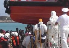 Sbarchi. Non c'è posto a Pozzallo per 300 migranti, trasferiti a Porto Empedocle. 133 sono affette da scabbia