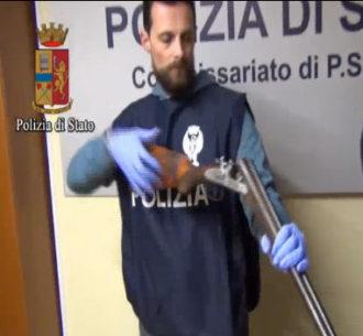 polizia con fucile cacciatore