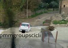 Dopo il gelo è la pioggia a creare disagi. A Scicli auto rimane intrappolata in via Valverde