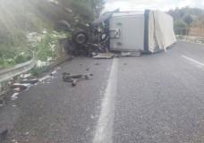 Grave incidente sulla Messina-Catania. Si ribalta un tir, in prognosi riservata un vittoriese