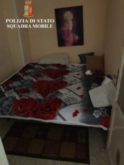 letto casa prostituzione polizia ragusa