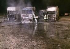 Vittoria – Quattro autoarticolati in fiamme, ustionato un dipendente della CAAIR