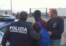 Pozzallo – Sbarchi: 143 migranti ed un solo scafista. Costretti a pagare per avere del cibo all'interno dei capannoni prima della partenza