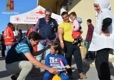 """""""Una barca di giocattoli"""": Straordinaria la generosità dei cittadini iblei a favore dei piccoli migranti che arrivano sulle coste ragusane"""