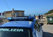 Poliziotti della Squadra Mobile in costume arrestano tunisino che spacciava in spiaggia a Punta Braccetto