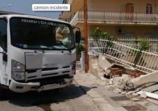 Scicli – Tragedia sfiorata: camion senza autista sfonda recinzione di una casa
