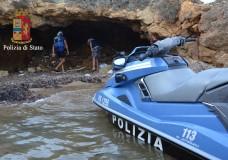 Stessa spiaggia stesso spacciatore. La Polizia di Stato arresta nuovamente Ton Nader, a Punta Braccetto. Poliziotti in costume da bagno e in moto d'acqua