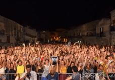 Scicli – Sold out al Taranta Sicily Fest. Sicilia e Puglia uniti insieme dalla musica e dalla danza. In migliaia hanno ballato sotto il cielo stellato