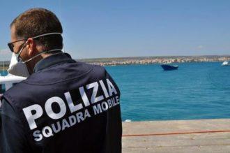 Uomini della Squadra mobile di Ragusa impegnati in operazioni di contrasto dell'immigrazione clandestina in Italia hanno fermato quattro presunti scafisti, in relazione alle indagini sullo sbarco a Pozzallo di 470 migranti recuperati dalla nave Fenice il 15 luglio 2014. Ragusa, 16 luglio 2014. ANSA/ US POLIZIA DI STATO +++ NO SALES - EDITORIAL USE ONLY +++