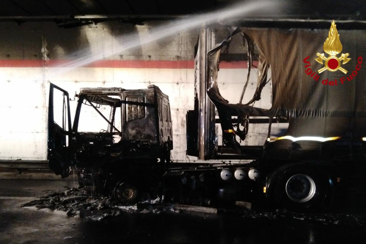 Catania – Autoarticolato in fiamme in galleria tra Gravina e San Gregorio, salvo l'autista