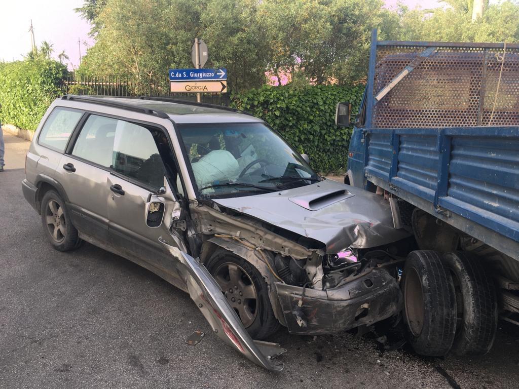 Modica – Incidente stradale: scontro auto e camion, 2 feriti
